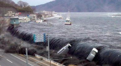 waves-overflow-land-2011-japan-tsunami